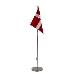 Stor flagstang på fod med flag fra N/A på fenomen