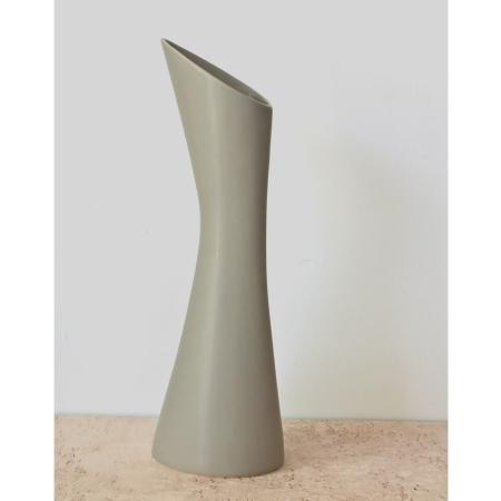 Stolt vase kande - varm grå