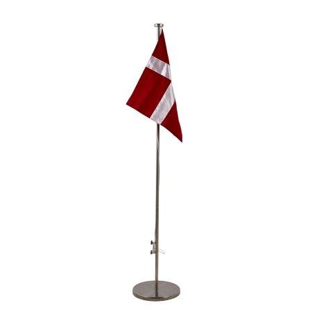 Stor flagstang på fod med flag