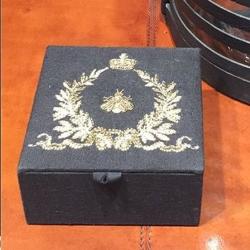 Box linen - sort fra cofur colonial furniture fra fenomen