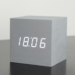 gingko – Vækkeur gingko maxi cube click clock - alu fra fenomen