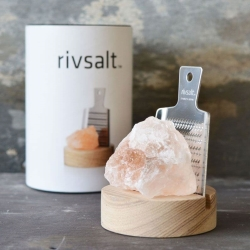 rivsalt – Rivsalt - sæt med rivjern og saltkrystal på fenomen