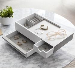 umbra – Stowit smykkeskrin - hvid og grå på fenomen