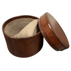 Urskrin i brun læder fra cofur colonial furniture på fenomen